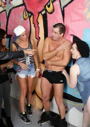 Молоденькие девочки занимаются оральным сексом с накачанным парнем - фото 8