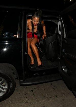 Грудастая актриса без лифчика приехала на премьеру нового фильма - фото 1