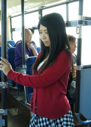 Стройную молодую азиатку раздирает толпа пьяных мужиков в автобусе - фото 9