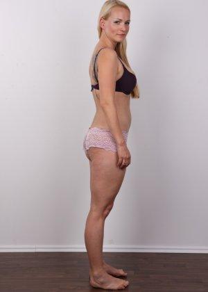 Блондинка с большой попкой и тату на спине оголила свое тело на камеру - фото 4