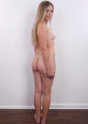 Девушка с хорошим телом показывает себя без одежды, участвуя в кастинге – все ее части тела очень соблазнительны - фото 13