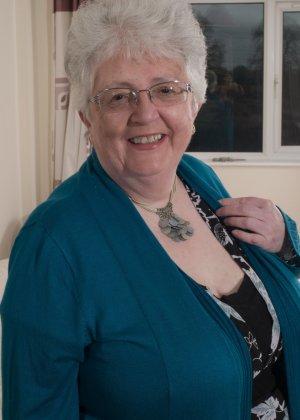 Пожилая женщина не сдает позиции и принимает участие в эротической фотосессии - фото 2