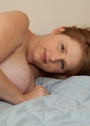 Рыжеволосая беременная девушка красиво позирует перед камерой, демонстрируя свое красивое тело - фото 9