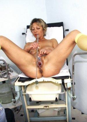 Ванда готова показывать себя со всех сторон перед опытным гинекологом, лишь бы он ее трогал - фото 13