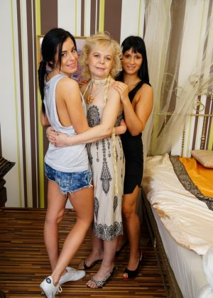 Две развратные сучки показывают пожилой женщине свои лесби-ласки, а затем вовлекают ее в процесс - фото 4