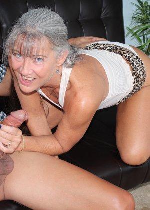 Зрелая женщина не стесняется своего тела и показывает себя мужчине, а затем ласкает его член руками - фото 10