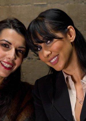 Озабоченные лесбиянки в связаном виде умудряются заниматься еблей - фото 1