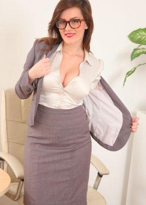 Шарлотта Роуз – шикарная секретарша, которая знает себе цену и показывает все самые лучшие части тела - фото 8