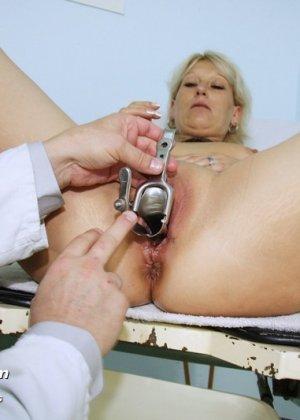 Опытный мужчина-гинеколог не только производит осмотр пациентке, но и доставляет ей удовольствие - фото 15