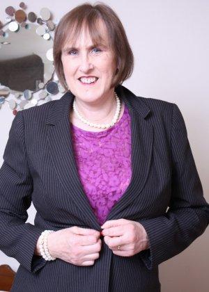 Британская зрелая женщина показывает себя, но старается сохранить некоторую загадку - фото 2