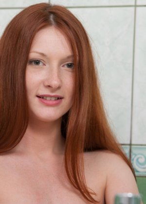 Рыжеволосая девушка принимает разные позы, чтобы показать себя с самых выгодных ракурсов - фото 7