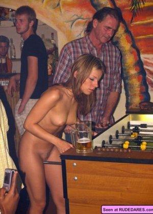 Раскованные девки в любых местах показывают свои голые сексуальные тела - фото 15