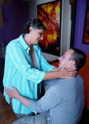 Женщина в почтенном возрасте соблазняет молодого мужчину и он устраивает ей хорошую еблю - фото 6