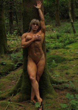 В лесной чаще можно насладиться подтянутым телом женщины, которая занимается бодибилдингом - фото 2