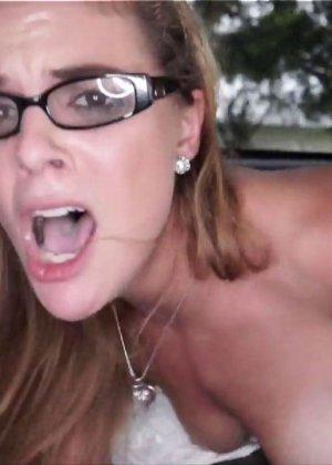 Блондинка в очках стоит раком и отсасывает сперму с члена паренька - фото 15