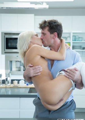 После анального секса блондинистая девчонка с наслаждением глотает сперму - фото 9