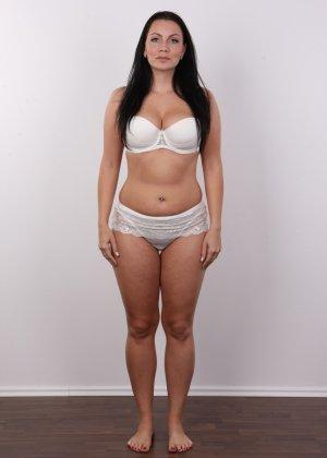Красивая брюнетка с натуральными дойками на фото кастинге в порно бизнес - фото 4