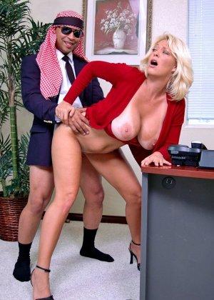 Начальник подложил свою зрелую, но красивую секретаршу своему арабскому бизнес-партнеру, тот натянул ее дырку - фото 14