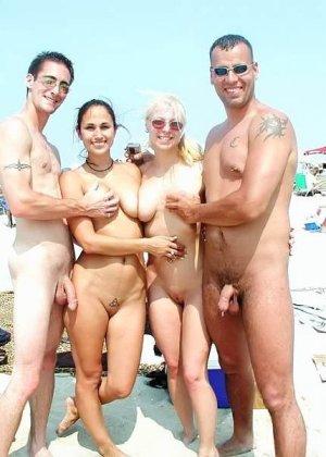 Красивые фотографии с нудистского пляжа, огромное количество небритых пезд и больших членов - фото 5