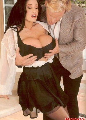 Брюнетка с огромной грудью соблазняет мужчину и он с большой страстью овладевает ее телом - фото 3