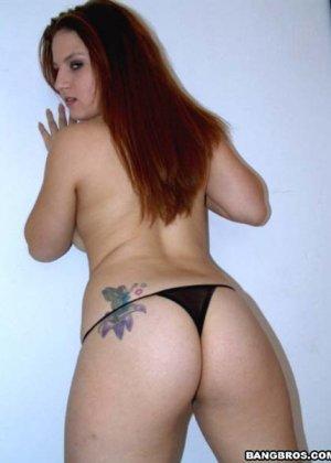 Пышная дамочка показывает свое тело перед камерой, совсем не стесняясь некоторых недостатков - фото 5