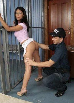 Темнокожая преступница получает удовольствие от того, как полицейский засовывает ей палец в пизду - фото 3