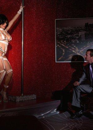 Роскошная стриптизерша соблазняет мужчину и он готов сделать для нее всё, что она захочет - фото 3