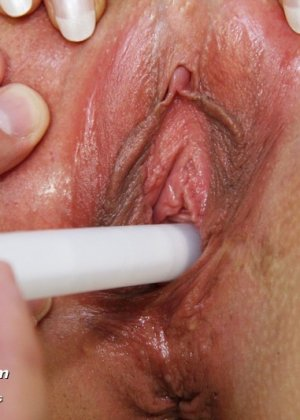 Опытный мужчина-гинеколог не только производит осмотр пациентке, но и доставляет ей удовольствие - фото 13