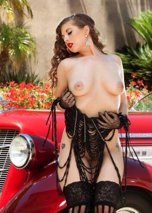 Кучерявая девушка с красными губами показывает свою натуральную грудь - фото 10
