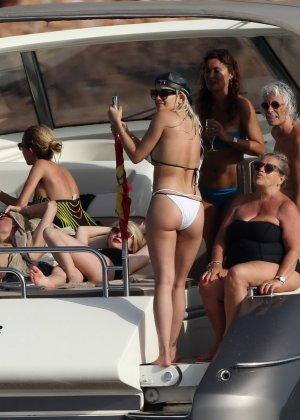 Паренек запичитлил на камеру красивую блондинку в купальнике на яхте - фото 6