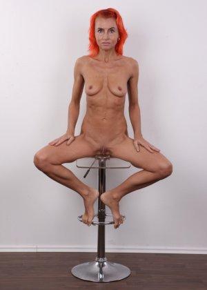Зрелая рыжеволосая женщина не стесняется показывать свое тело и полностью раздевается перед камерой - фото 16