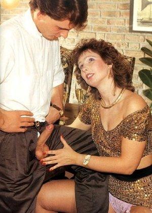 В этой галерее можно увидеть, что мода на анальный секс пошла уже давно – парочка занимается этим увлеченно - фото 3