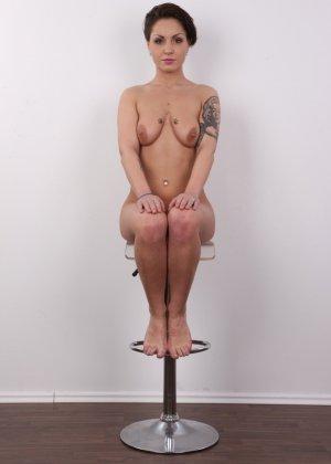 В чешском кастинге участвует девушка, которая демонстрирует свои татуировки на обнаженном теле - фото 16