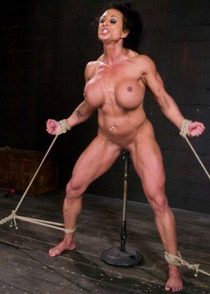 Для любителей мужеподобных женщин и собрана эта галерея - одна бодибилдерша выдерживает испытания - фото 14