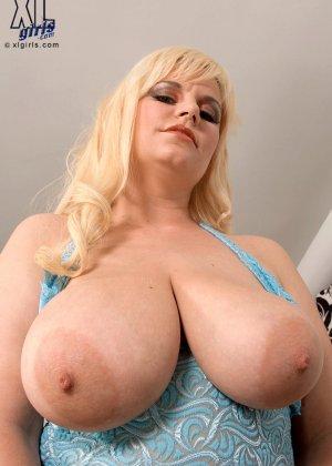 Блондинка в теле показывает свою пышную фигуру, давая себя разглядеть со всех сторон всем желающим - фото 5
