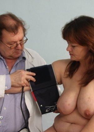 Зрелая Светлана приходит на прием к гинекологу, раздвигает ноги и показывает с себя со всех сторон - фото 5
