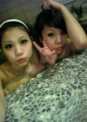 Пьяные девушки в клубе с большим удовольствием показывают грудь - фото 10