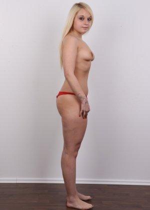 Классная голая блондинка показывает бритую пизду на камеру - фото 7