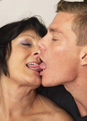 Молодой красавчик доставляет удовольствие зрелой женщине, даря ласке ее немолодой груди - фото 11
