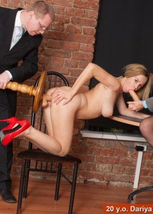 Озабоченный бос со своей секретаршей занимается развратом с незнакомкой - фото 8