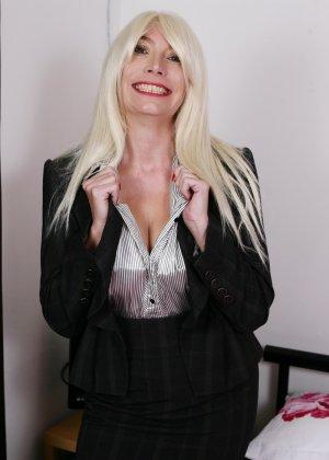 Хотя женщина уже немолода, но все же хочет почувствовать себя желанной и участвует в фотосессии - фото 5