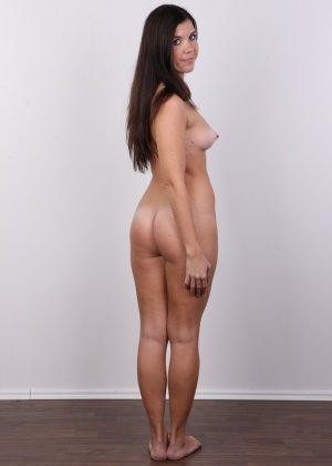 Длинноволосая брюнетка решила заработать денег эротической фото сессией - фото 12