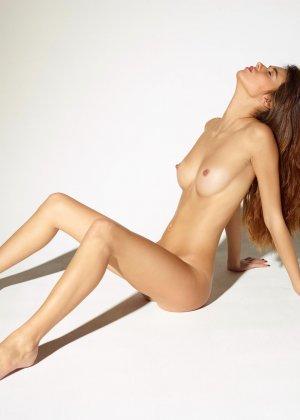 Девушка обладает идеальной фигурой, поэтому она показывает себя без всякого стеснения и стыда - фото 8