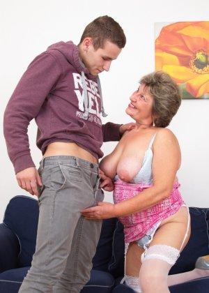 Пожилая женщина оказывается в обществе молодого парня и дает себя трогать во всех местах - фото 13