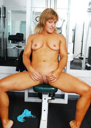 Тело этой женщины очень атлетично - она занимается бодибилдингом, но и про секс не забывает - фото 12