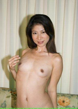 Худенькая красотка с интимной стрижкой в голом виде позирует на камеру - фото 8
