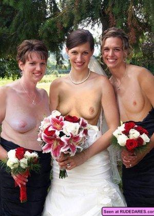 Нудистскими бывают даже свадьбы: и тут девки с удовольствием оголяют свои дойки и пезды - фото 4