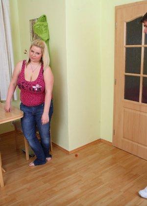 Толстушка ебется верхом на парне который не комплексует с размерами - фото 2
