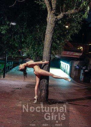 Девушка словно воссоединяется с природой и ночным городом - фото 5- фото 5- фото 5