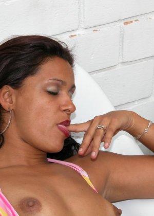 Темпераментная бразильская женщина готова показывать свое тело, чтобы доказать свою привлекательность - фото 9